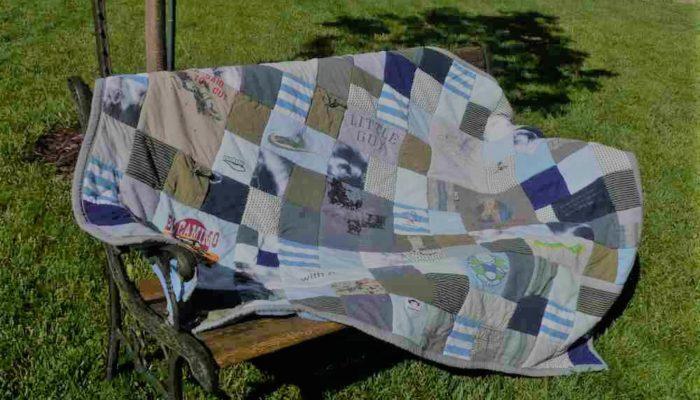 """Plaid bleu-gris en patchwork personnalisé """"Souvenirs d'enfance"""" : Plaid créé avec une sélection de vêtements petite enfance recyclés"""