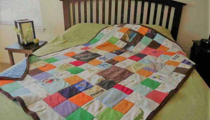 """Plaid de garçon en patchwork personnalisé """"Souvenirs d'enfance"""" : Plaid créé avec une sélection de vêtements petite enfance recyclés"""