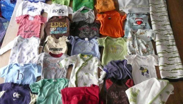 Les vêtements d'un petit garçon avec pleins de couleurs en motifs, à recycler sous forme de patchwork