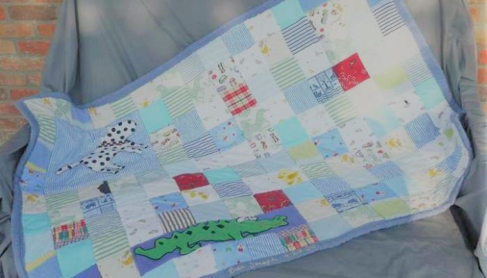 """Petite couverture bleu en patchwork personnalisé """"Souvenirs d'enfance"""" : Plaid créé avec une sélection de vêtements petite enfance recyclés"""