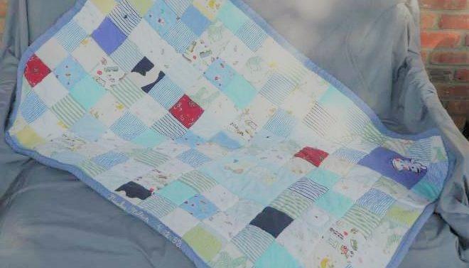 """Plaid en patchwork personnalisé """"Souvenirs d'enfance"""" : Plaid créé avec une sélection de vêtements petite enfance de deux garçons"""