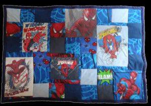 """Une petite couverture de genre """"Fan Story"""", sur le thème de Spiderman (cadeau d'anniversaire pour un garçon de 3 ans)"""