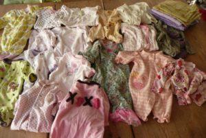 Des bodys et d'autres vêtements de petite enfance, sélectionnés pour la couverture de Leyla