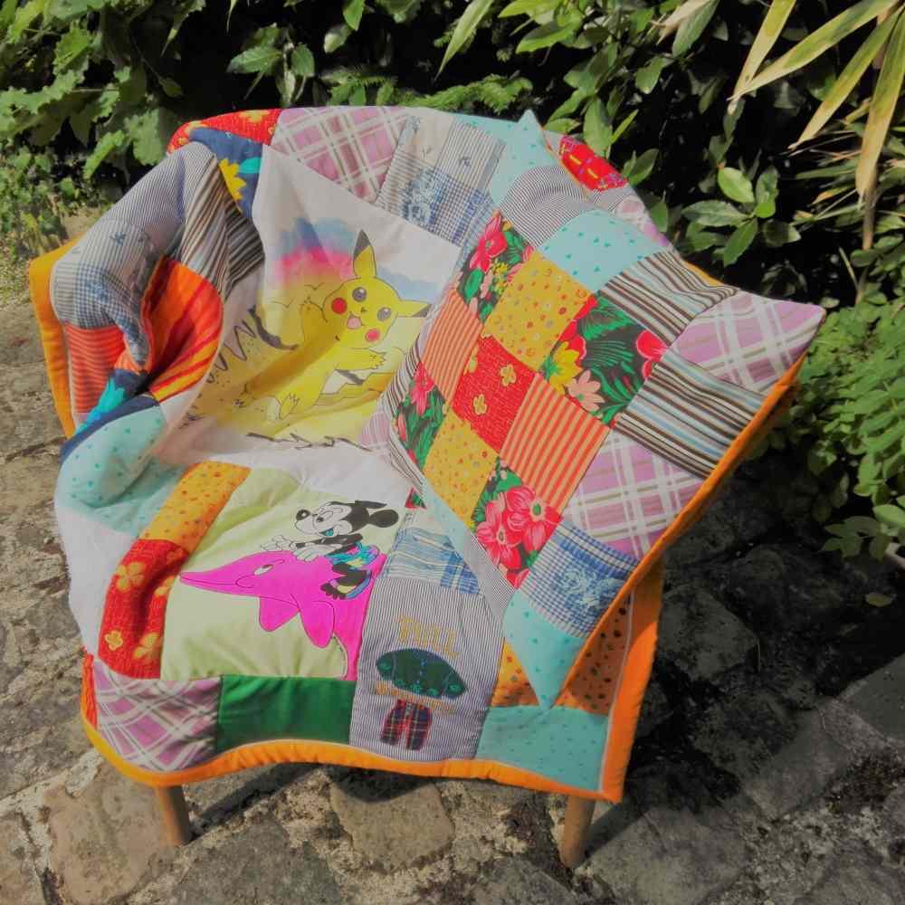 Pour la mère d'une future mariée, ce cadeau de mariage original : coussin et couverture personnalisée en patchwork