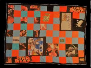 Un plaid personnalisé pour un fan de Star Wars, fait avec des textiles divers (linge de lit, vêtements)