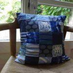 Coussin personnalisé, fait avec des tissus venants d'une nappe, une housse de couette et des vêtements