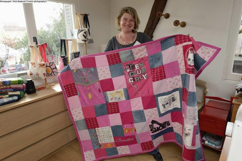 Tanja, la créatrice de Repatchit, montre un plaid créé avec des vêtements de fille. Photo : twelve-photography.fr