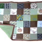 Un cadeau de naissance original : un mini-plaid marron-vert