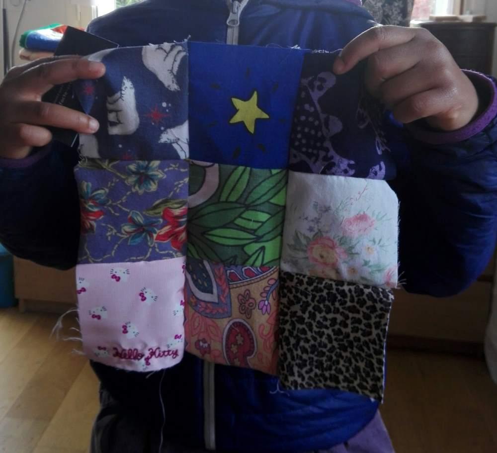 Pendant JEMA chez Repatchit, un visiteur créé sont patchwork avec des textiles recyclés