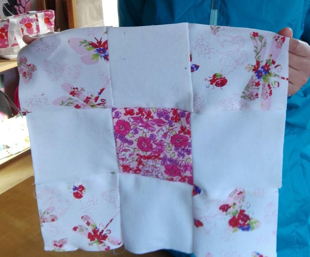Le patchwork le plus romantique du jour - tout en douceur avec du blanc et des petits fleurs