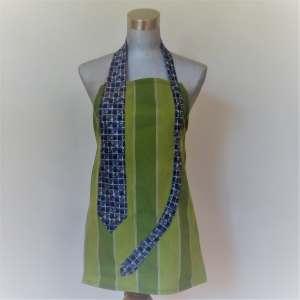tablier vert à cravate bleu