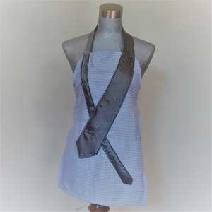 Tablier bleu avec cravate gris