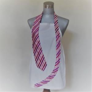 Cravate rose à rayures sur tablier blanc