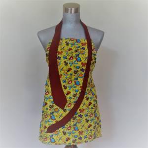 Tablier jaune avec motif d'insectes, cravate rouge