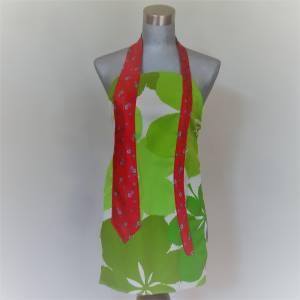 Cravate rouge sur tablier vert et blanc